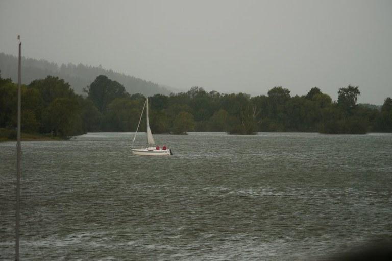 Erste Böen fegen über den See